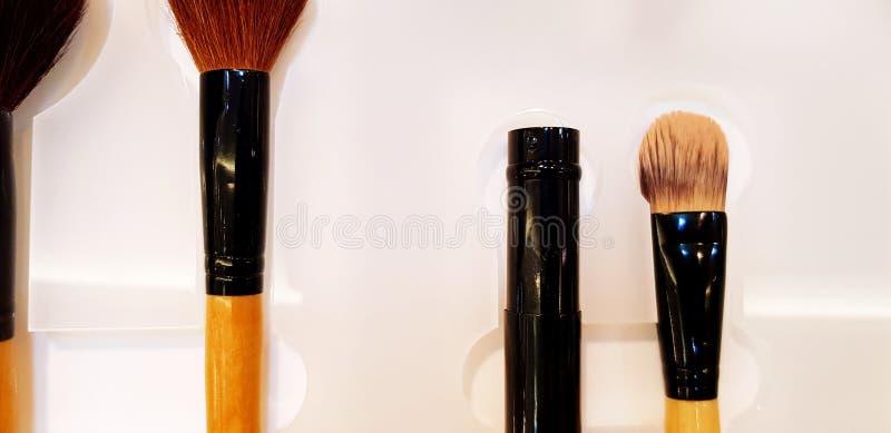 化妆用品的关闭在白色塑料板材组成电刷组在美容院 免版税图库摄影