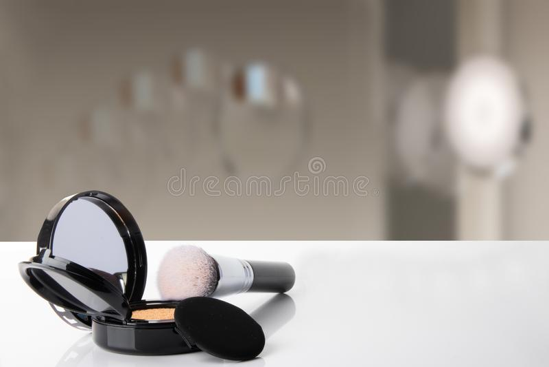 化妆用品的装饰构成在白色桌上的与弄脏 库存图片