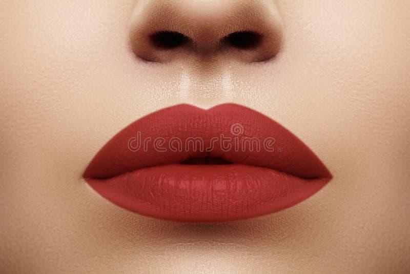 化妆用品,构成 在嘴唇的明亮的唇膏 美丽的女性嘴特写镜头与红色嘴唇构成的 E 免版税图库摄影