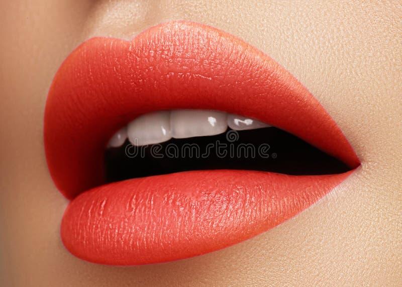 化妆用品,构成 在嘴唇的明亮的唇膏 美丽的女性嘴特写镜头与红色和桃红色嘴唇构成的 一部分的表面 免版税库存照片