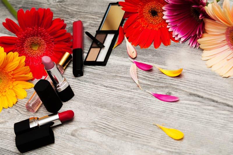 化妆用品:构成刷子,阴影,唇膏背景 背景的化妆用品 您的文本的地方 _ 库存照片
