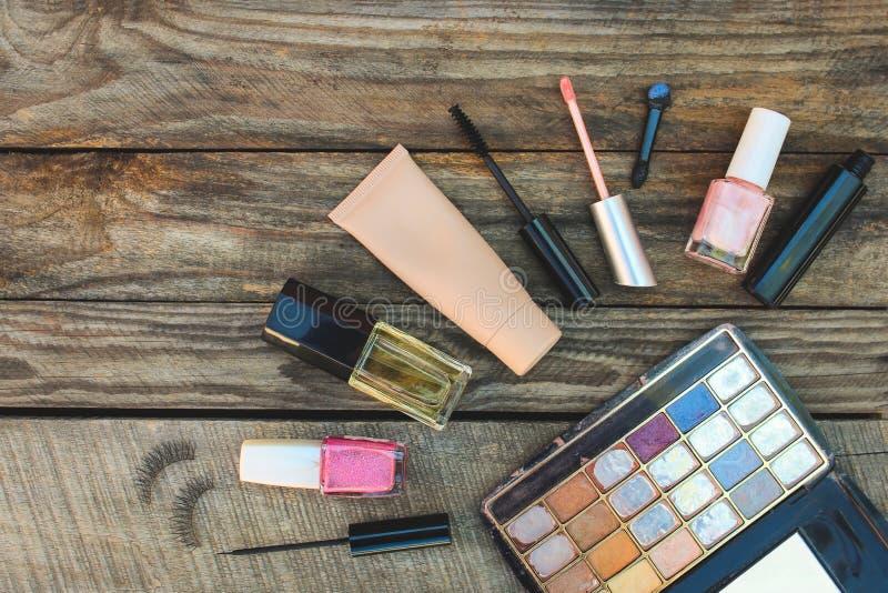 化妆用品:染睫毛油、眼线膏、假睫毛、concealer、指甲油、香水、嘴唇光泽和眼影 免版税库存照片
