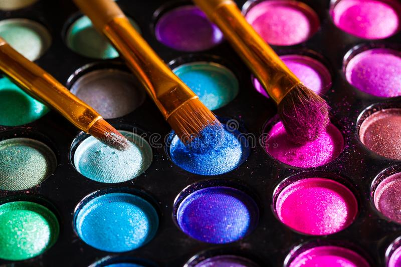 化妆用品 多色的眼影,刷子 免版税库存照片