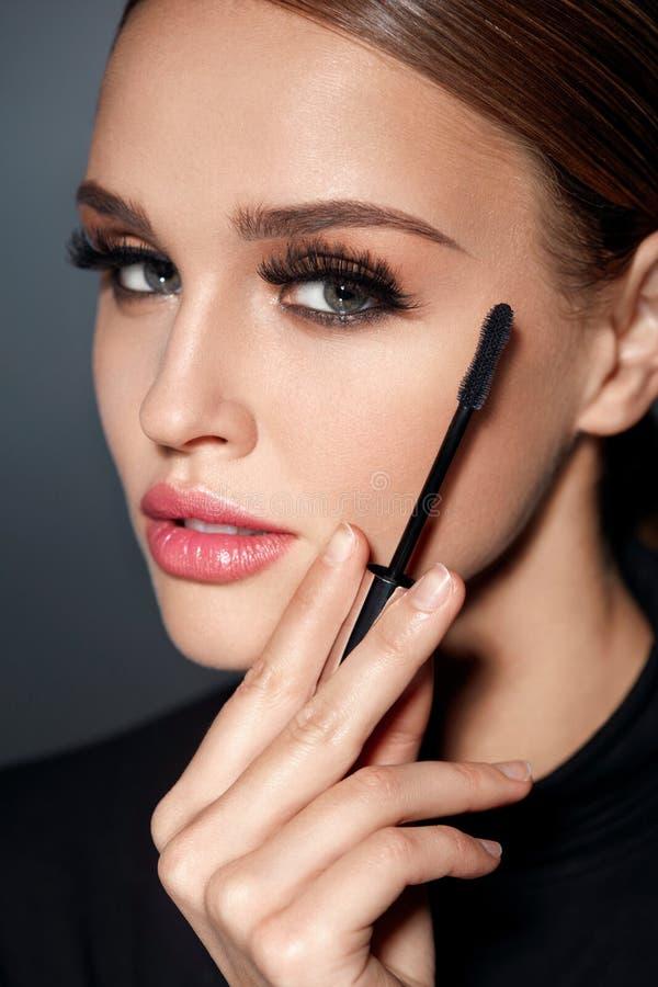 化妆用品 有完善的构成、长的睫毛和染睫毛油的女孩 库存照片