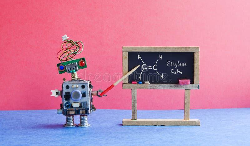 化学教训学院 机器人教授解释分子式乙烯 与手写的教室内部 免版税图库摄影