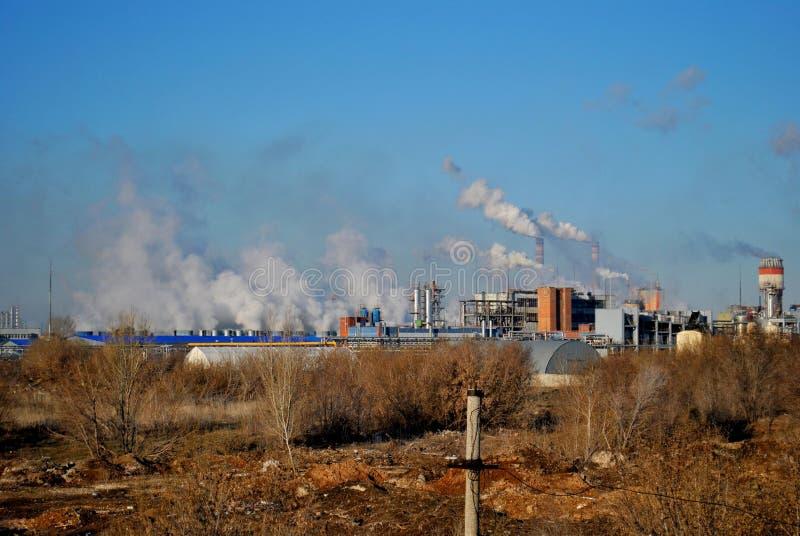 化工厂和烟斗早晨视图在城市的工业区 免版税库存照片