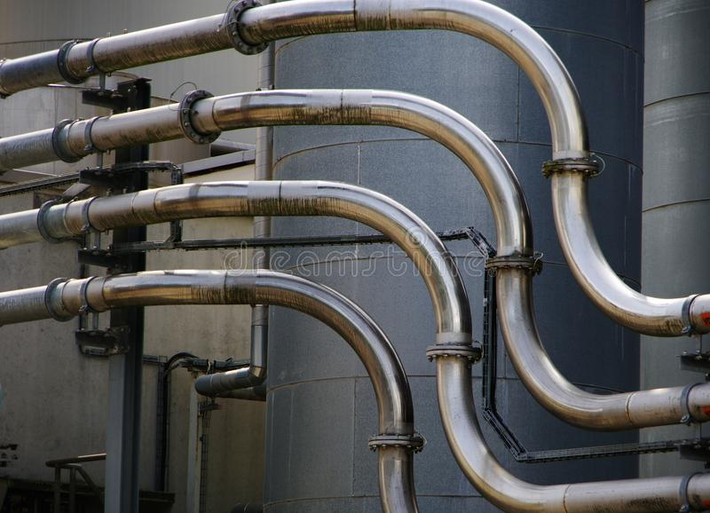 化工厂细节有不锈钢的用管道输送 库存照片