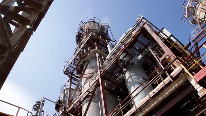 化工厂结构  关闭工业看法在炼油厂植物形式有日出的产业区域和多云 库存照片