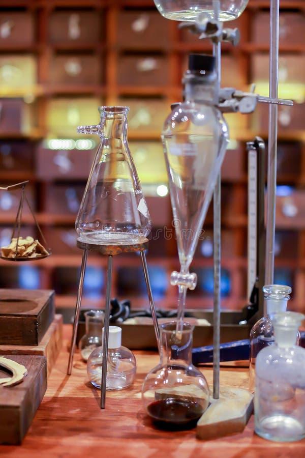 化工实验室的葡萄酒设备在木桌上的 图库摄影