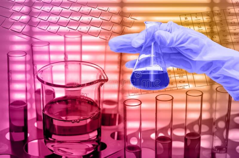 化工实验室,拿着有测试烧瓶的手管 免版税库存照片