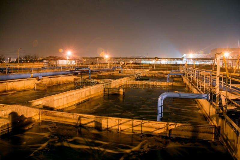 化工工厂现代废水处理植物在晚上 库存照片