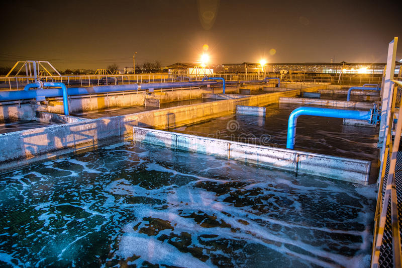 化工工厂现代废水处理植物在晚上 免版税库存照片
