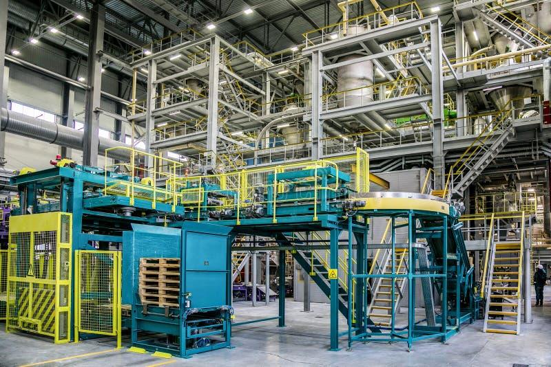化工工厂 热塑性塑料的生产线和包装的机械在工业大厅大区域  免版税库存照片