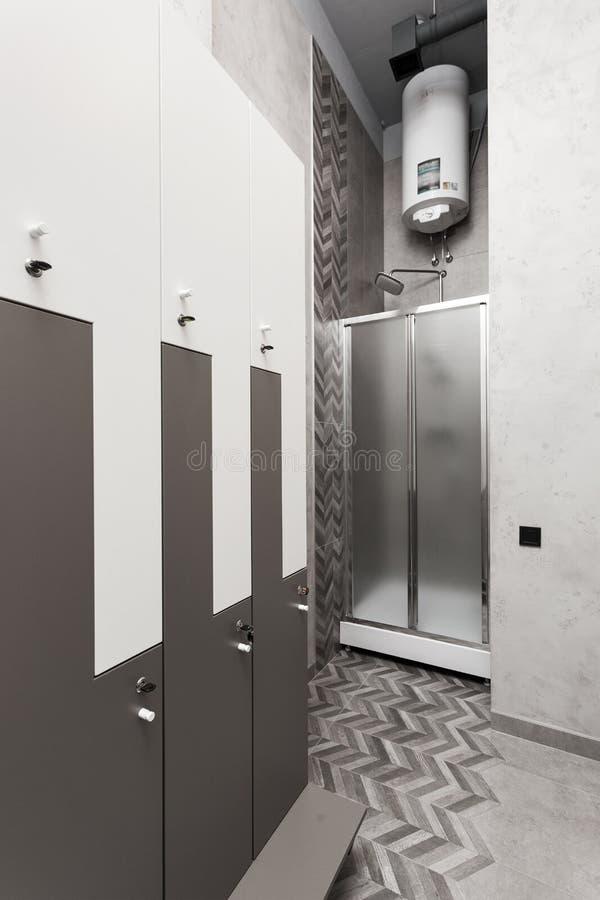 化装室、寄物处、衣橱内部与阵雨箱子和水壶 免版税库存照片