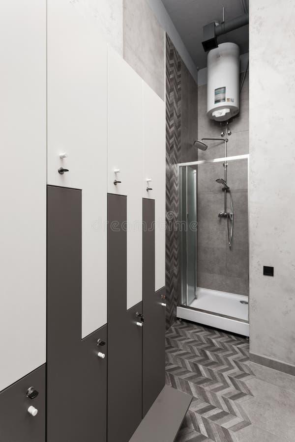 化装室、寄物处、衣橱内部与阵雨箱子和水壶 库存图片