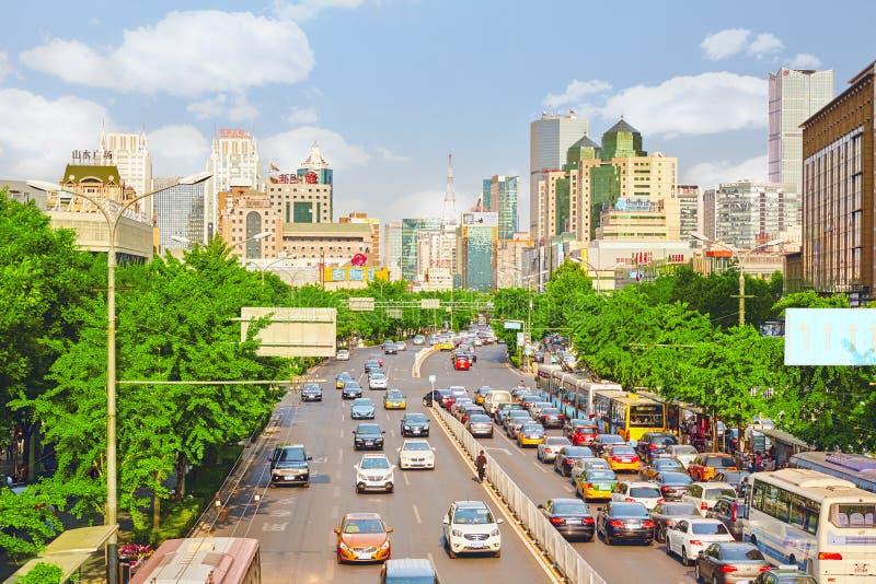 北京、现代办公室和居民住房在北京、运输和大城市的普通的都市生活街道上  库存图片