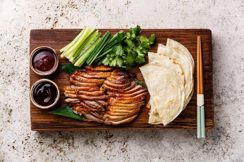 北京烤鸭用黄瓜、葱、香菜和薄煎饼 免版税库存照片