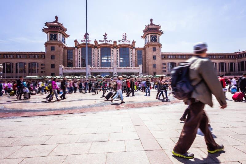 北京走在行动迷离的火车站人 免版税库存照片
