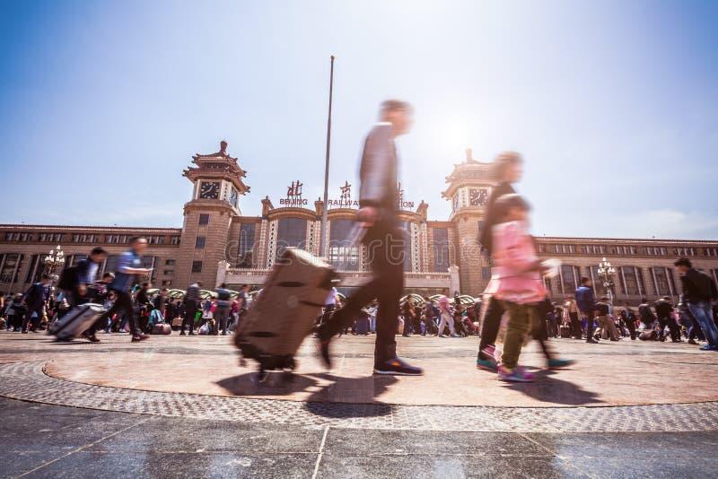 北京走在行动迷离的火车站人 库存照片
