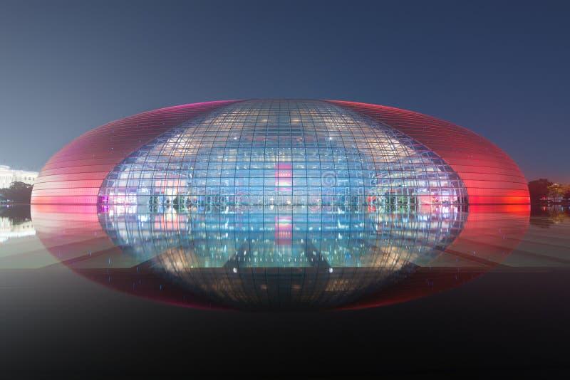 北京,中国- 2017年10月21日:中国国家大剧院国家中心的美好的夜景执行 免版税库存图片