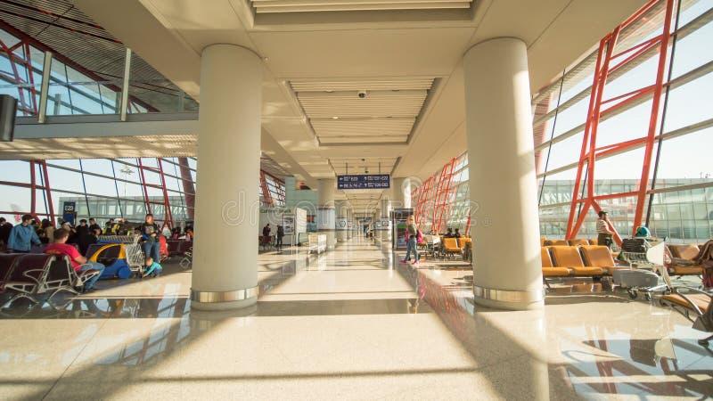 北京,中国- 2018年1月1日:人们在一个现代机场,离开休息室 库存图片