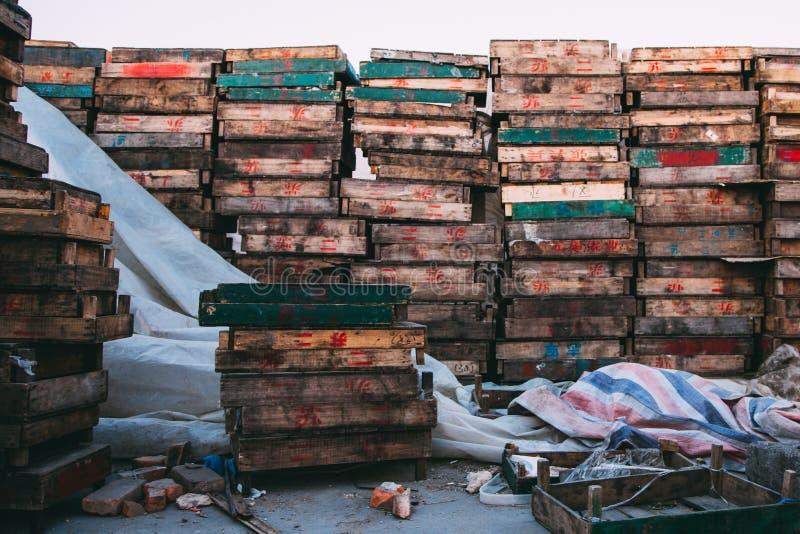 北京,中国- 2014年12月21日:在木板台堆积的五颜六色条板箱巨型在市场上 图库摄影