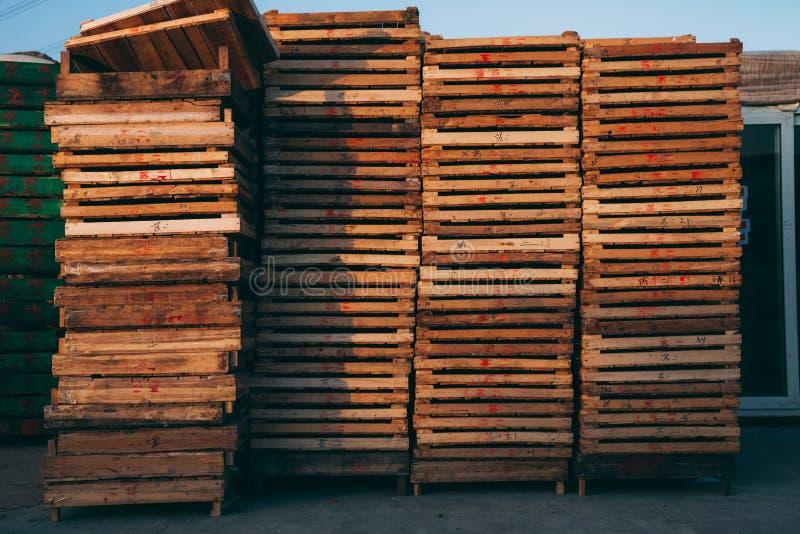 北京,中国- 2014年12月21日:在木板台堆积的五颜六色条板箱巨型在市场上 免版税库存图片
