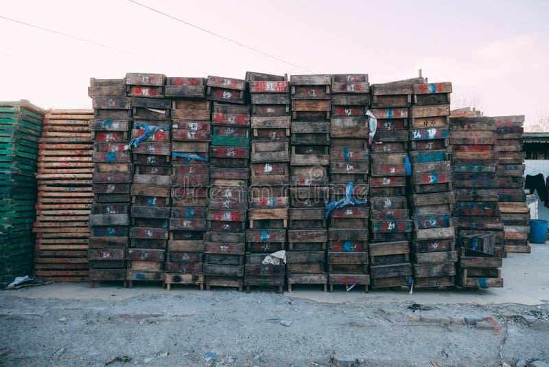 北京,中国- 2014年12月21日:在木板台堆积的五颜六色条板箱巨型在市场上 II 库存照片