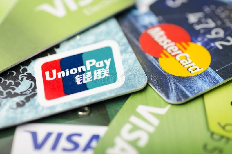 北京,中国- 2019年4月6日:联合薪水、签证和万事达卡付款系统卡片特写镜头 免版税库存图片