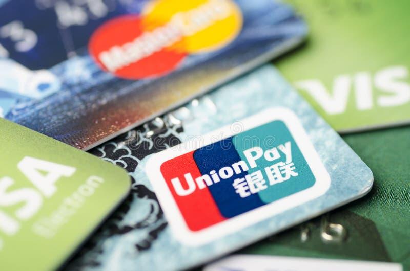 北京,中国- 2019年4月6日:银联、签证和万事达卡卡片特写镜头,软的焦点 免版税图库摄影