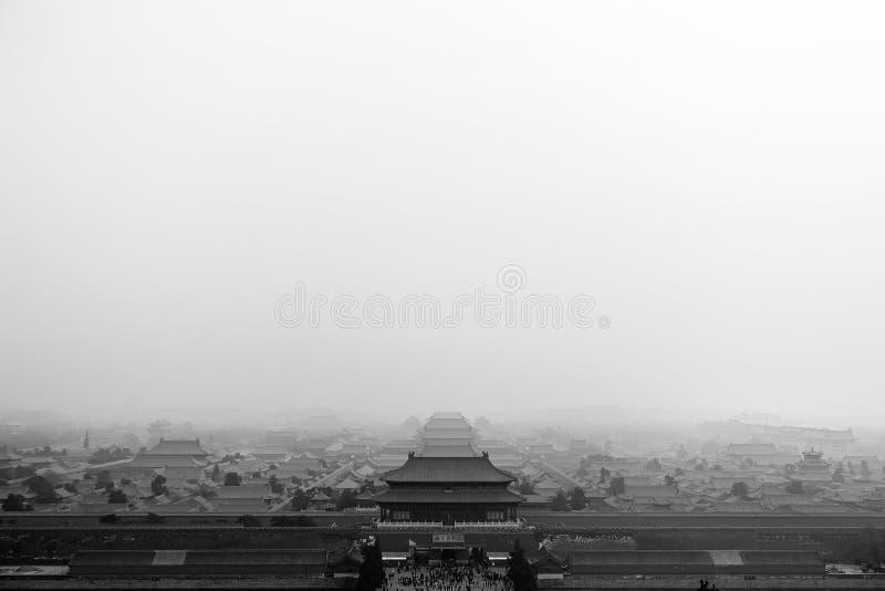 北京,中国- 2017年1月29日, :紫禁城有雾的壮观的概要,捕获一种美好的早晨心情 免版税库存照片