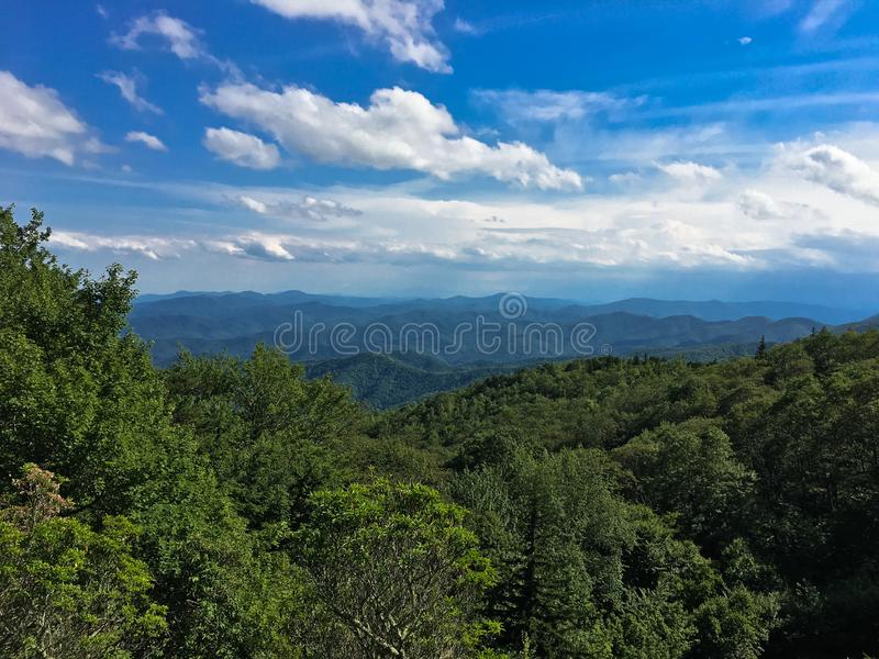 北卡罗来纳州蓝岭山的景色。北卡罗来纳州蓝岭公园大道蓝岭山的远足景观 免版税库存图片