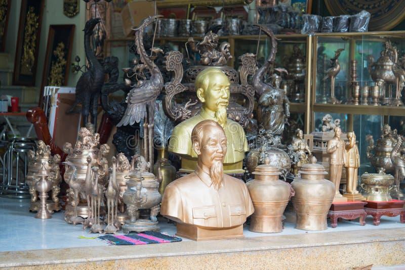 北宁市,越南- 2015年9月9日:做的铜工艺品和艺术产品手工显示待售在戴Bai贸易伙计v 免版税图库摄影