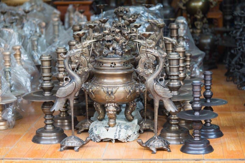 北宁市,越南- 2015年9月9日:做的铜工艺品和艺术产品手工显示待售在戴Bai贸易伙计v 免版税库存图片