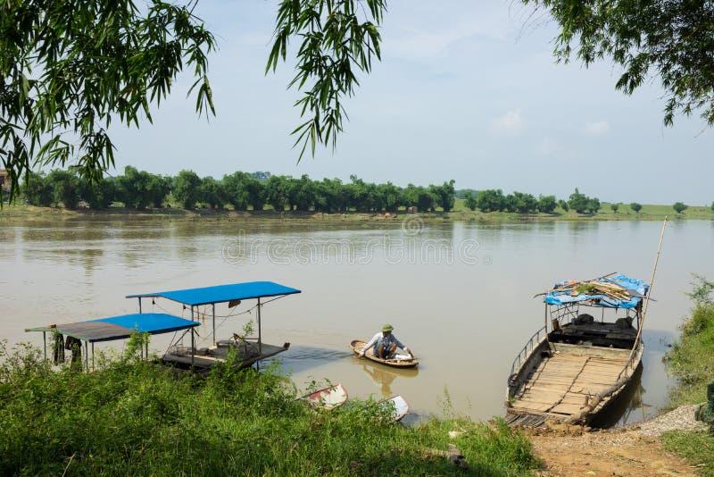 北宁市,越南- 2016年5月29日:运输在Cau河岸的轮渡驻地 免版税库存图片