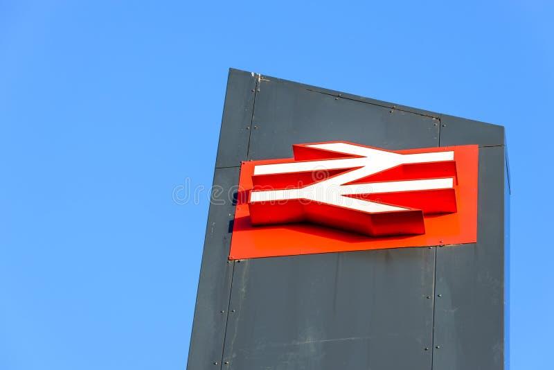 北安普顿,英国- 2017年9月09日:低角度英国铁路商标早晨视图在北安普顿火车站的 库存照片