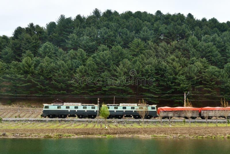 北朝鲜 电车在乡下 免版税库存图片