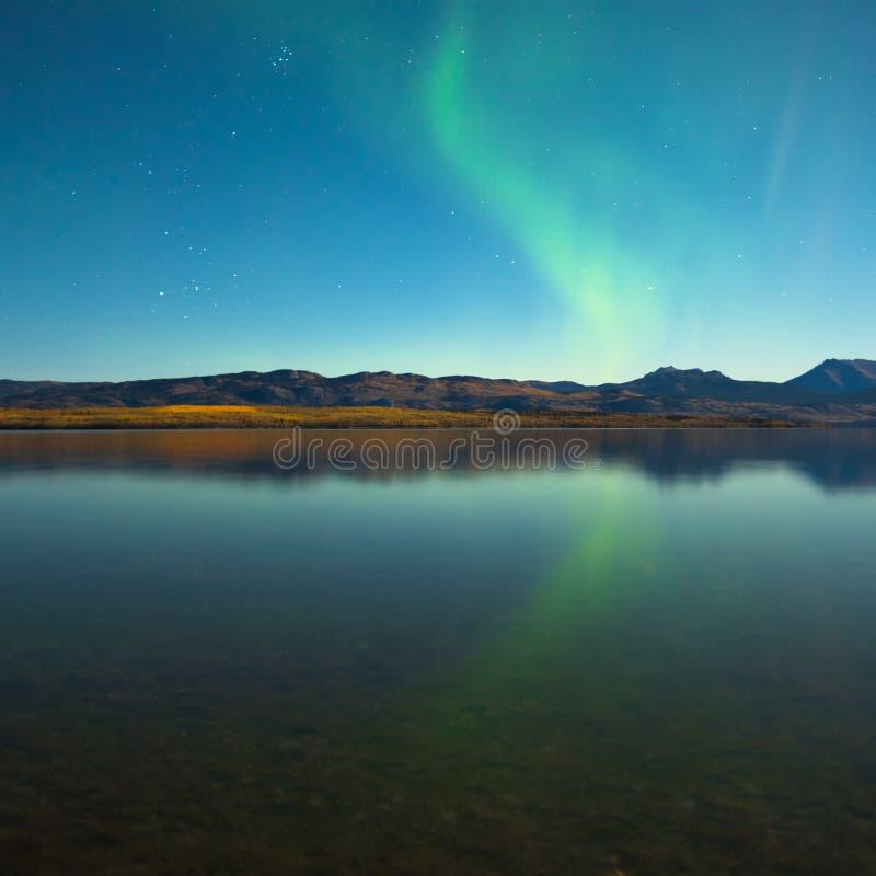 北极光和在镇静湖的秋天颜色 库存图片