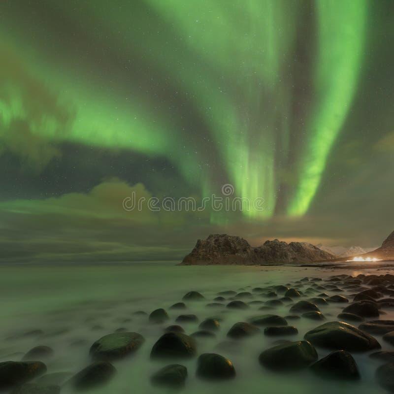 北极光在Lofoten海岛,挪威 绿色极光borealis 与极光的满天星斗的天空 夜冬天风景在夜 免版税库存照片