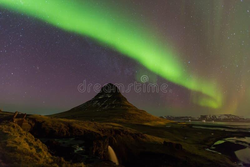 北极光或极光跳舞以充分地星在冰岛山风景天空  免版税库存图片