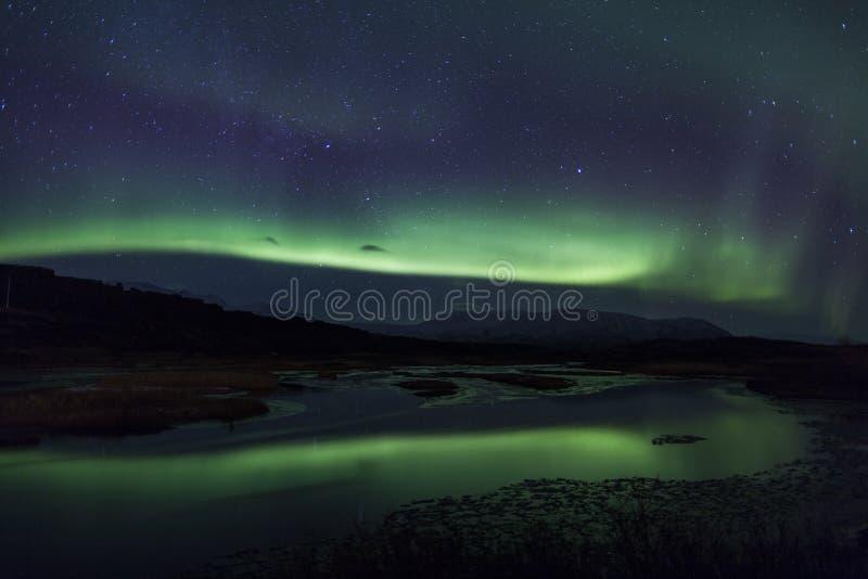 在一个盐水湖之上的北极光在冰岛 免版税库存图片