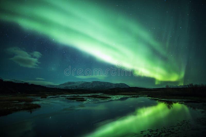 在一个盐水湖之上的北极光在冰岛 库存图片