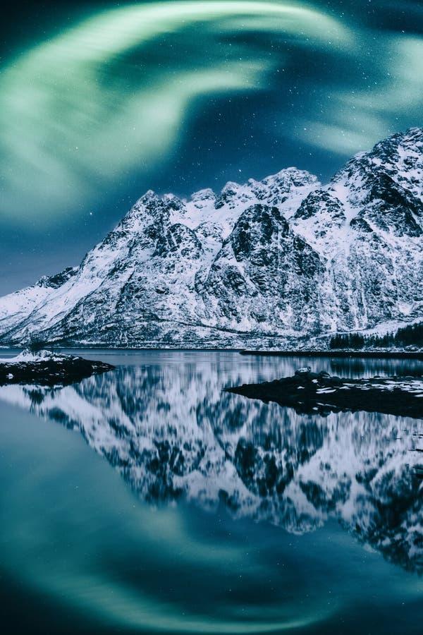 北极光,极光borealis,罗弗敦群岛海岛,挪威 夜与极光、满天星斗的天空和山的冬天风景 库存图片