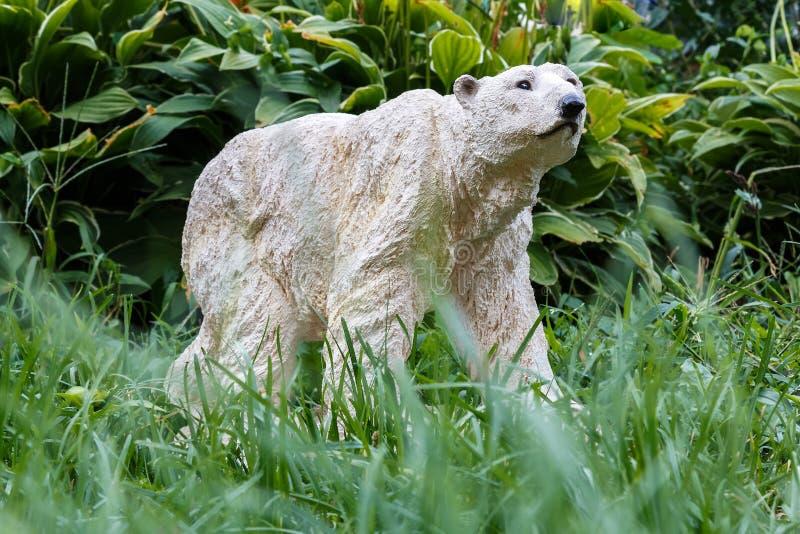 北极熊和绿草 免版税库存图片