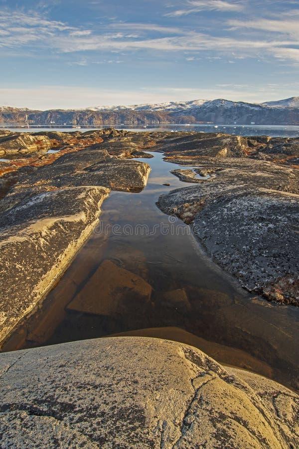 北极的贫瘠岩石的五颜六色的池塘 库存照片