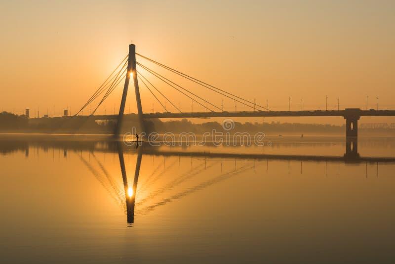 北桥梁剪影在日出的金黄小时在基辅,乌克兰 图库摄影