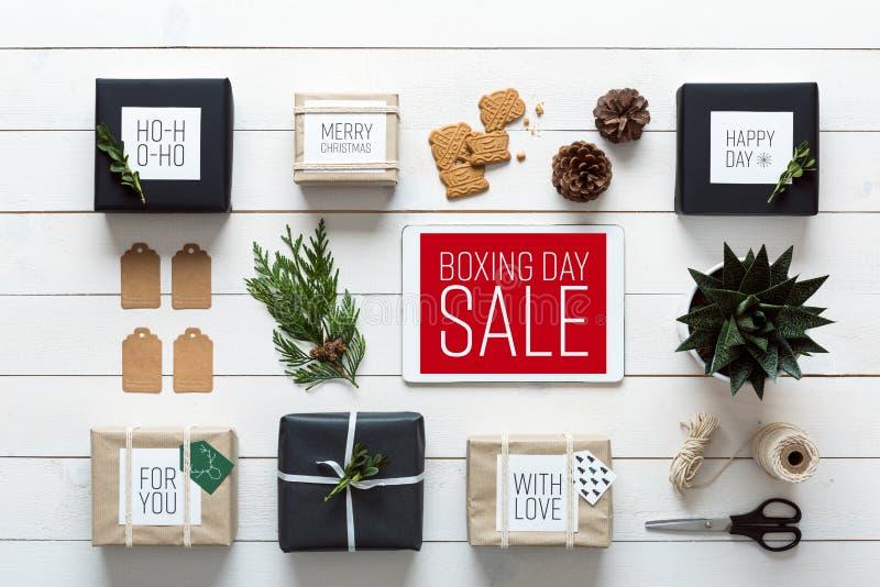 北欧减速火箭的圣诞节,从上面包裹驻地,书桌视图,网上购物概念 免版税库存图片