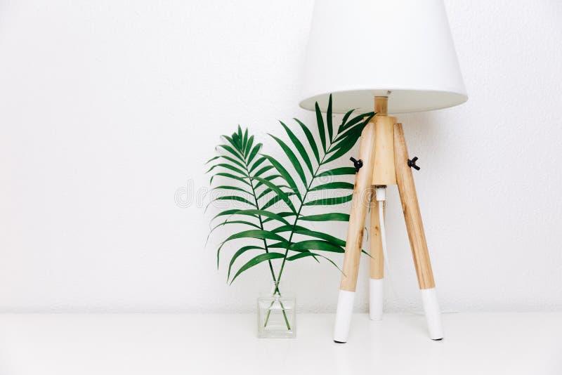 北欧客厅 斯堪的纳维亚灯和热带叶子 免版税库存照片