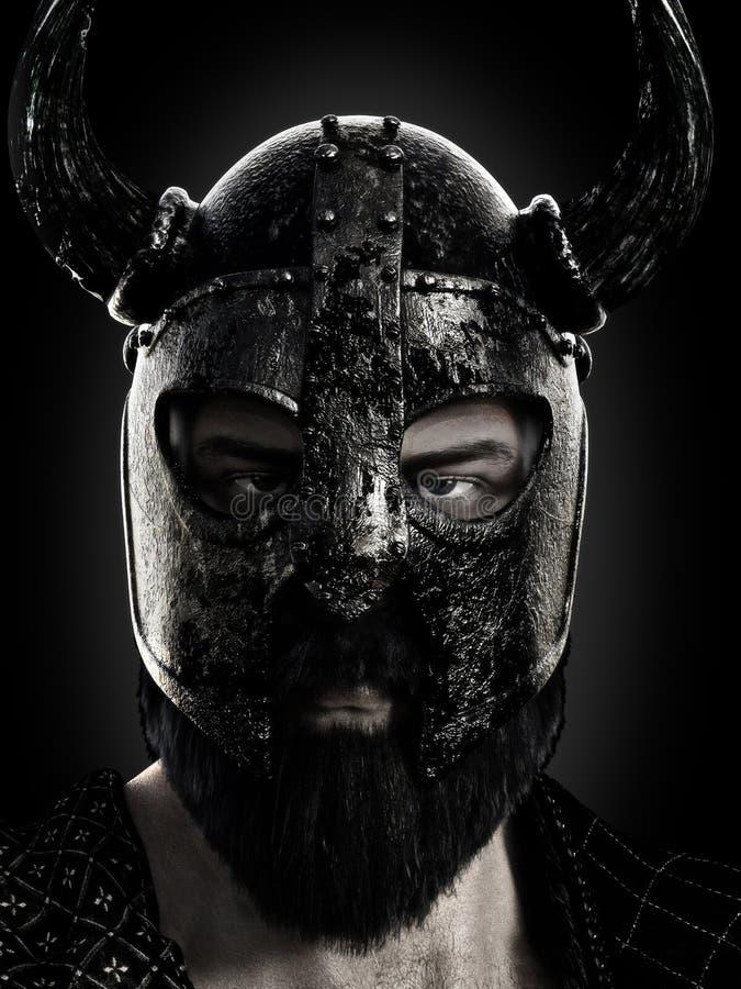 北欧海盗关闭头戴在黑白的一件盔甲 免版税图库摄影