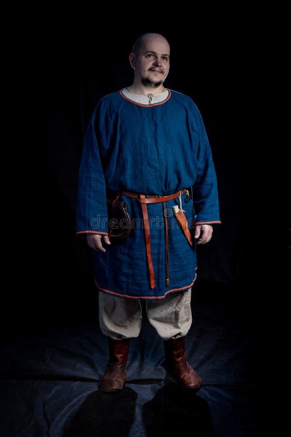北欧海盗年龄的便服的秃头人 库存图片
